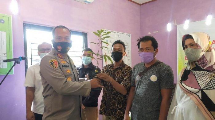 Gerakan Sektor Pertanian, Yayasan Tin Peduli PT Timah Bagikan 3000 Bibit Durian Namlung