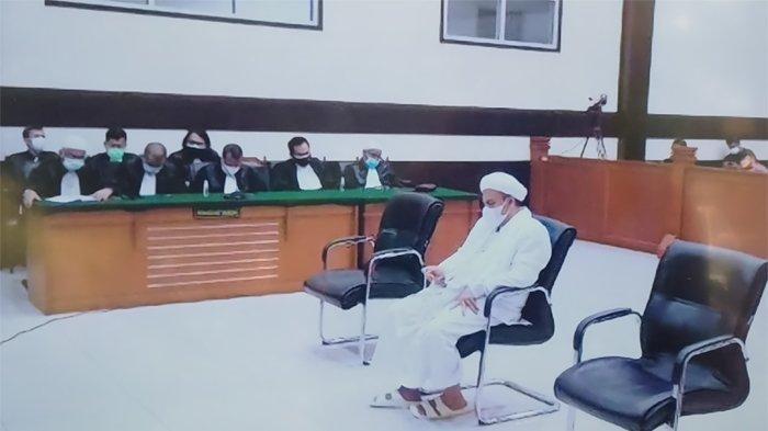 Terdakwa Muhammad Rizieq Shihab (MRS) dalam sidang putusan atau vonis di ruang sidang utama Pengadilan Negeri PN Jakarta Timur, Kamis (24/6/2021).