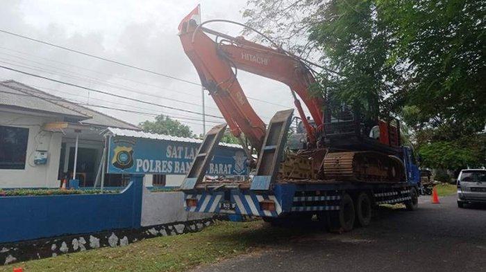 Baliho Setinggi 10 Meter Ambruk ke Aspal di Muntok, Polisi Tahan Truk Bermuatan Ekskavator