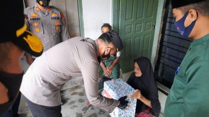 Kapolres Pangkalpinang Bagikan Paket Sembako ke Lansia, Nek Rohima Doakan Polisi Sehat Selalu