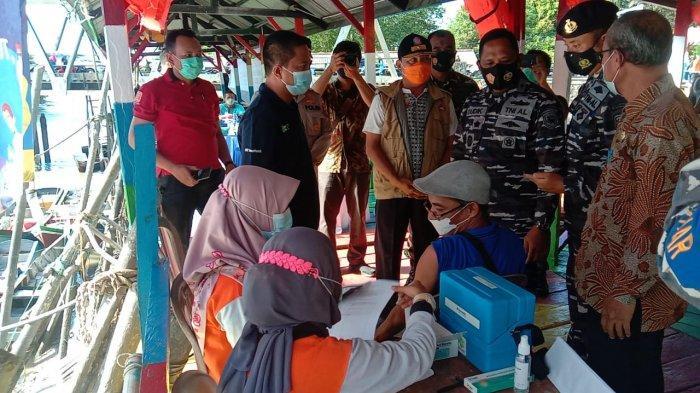 Danlanal Bangka Belitung Kolonel Laut (P) Dudik Kuswoyo.S.E.,M.Tr.Hanla, tim kesehatan dan jajaran melaksanakan program pemerintah