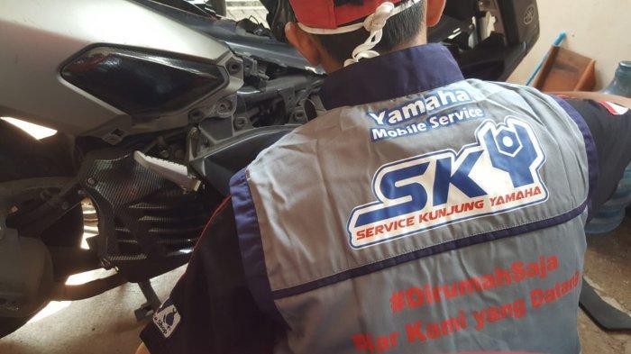 Mekanik motor saat memperbaiki beberapa motor Yamaha NMax.