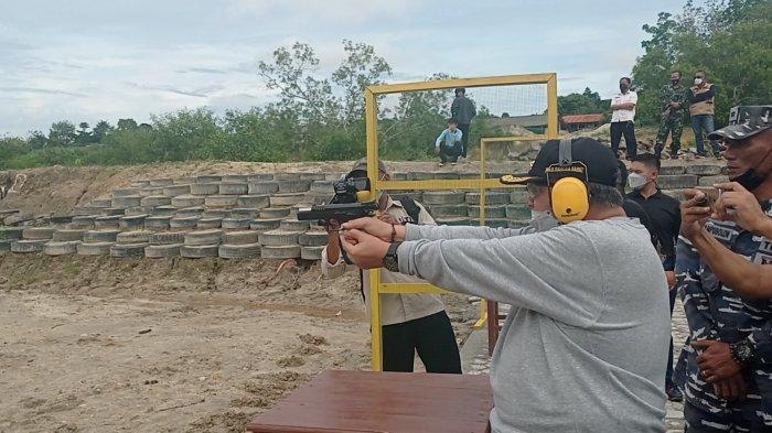Bupati Bangka Barat, Sukirman mengikuti latihan tembak bersama Forkopimda di lapangan tembak Kodim 0431/Bangka Barat, Rabu (30/06/2021).