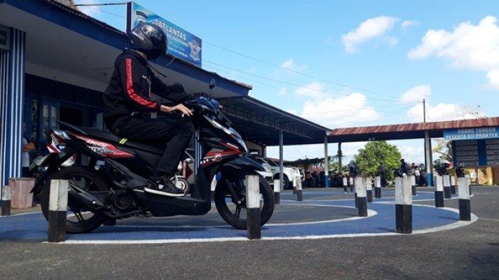 Pemohon pembuatan SIM melaksanakan test praktek menggunakan kendaraan roda dua di belakang Kantor Satlantas Polres Pangkalpinang. Beberapa waktu lalu.