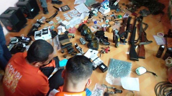 Sejumlah barang bukti yang ditemukan polisi dari kediaman As di kawasan Kace.