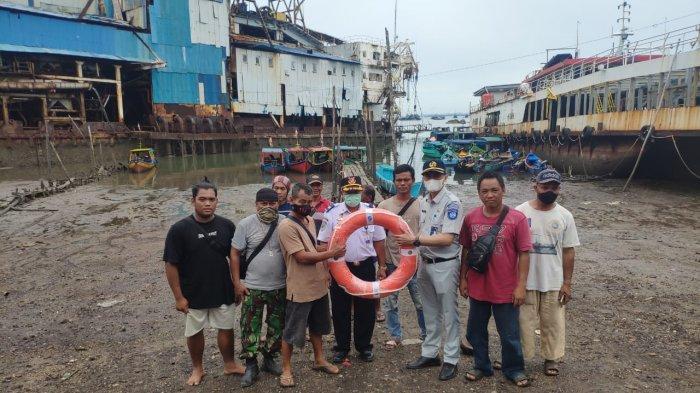 Jasa Raharja Bangka Belitung Serah Bantuan Lifebuoy Kepada Pemilik Kapal Motor