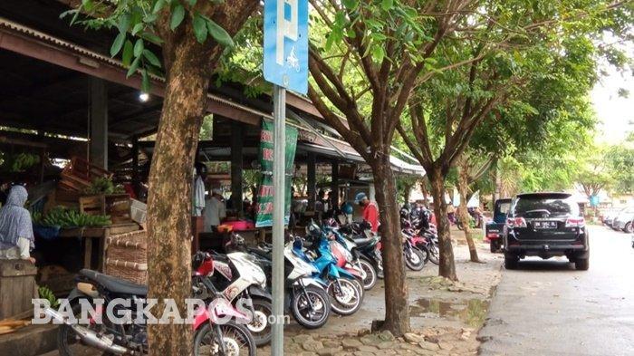 Kondisi parkir Pasar Muntok, setelah kebijakan portal satu kali bayar, Kamis (01/07/2021)