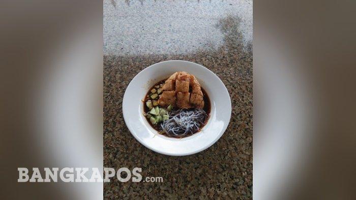 Pempek telur yang disajikan di warung Pempek Hj Siom.