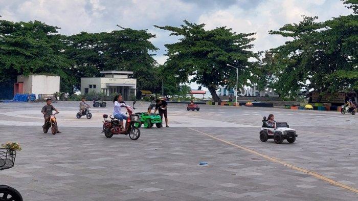 Sewakan Mobil-mobilan di Pantai Nek Aji, Dion Raup Omzet Hingga Rp350.000 Saat Hari Libur