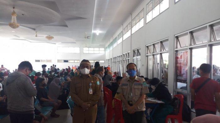 Juru Bicara Satgas Covid-19 Kabupaten Bangka Boy Yandra saat meninjau pelaksanaan Vaksinasi Covid-19 di Gedung Sepintu Sedulang Sungailiat, Senin (05/07/2021).