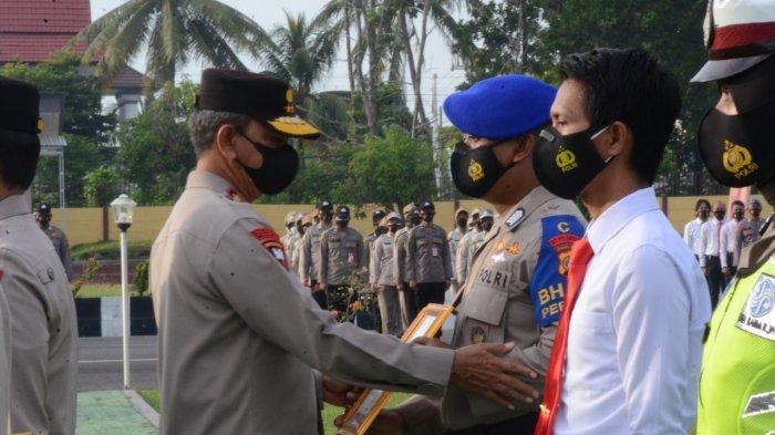 Sebanyak 90 personil Polda Kepulauan Bangka Belitung dan perangkat Posko PPKM , menerima pengharagaan pada rangkaian HUT ke 75 Bhayangkara, Senin (05/07/2021).