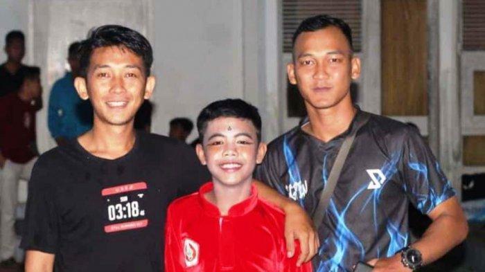Rehan Dermawan (tengah) atlet pencak silat asal Kabupaten Bangka Selatan yang tutup usia usai alami kecelakaan kendaraan bermotor. (Istimewa)