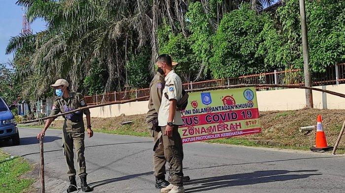 Sejumlah petugas melakukan penjagaan di portal yang berada di Dusun VI Rt 03, Rw 01, Pait Jaya, Desa Belo Laut, Rabu (07/07/2021).