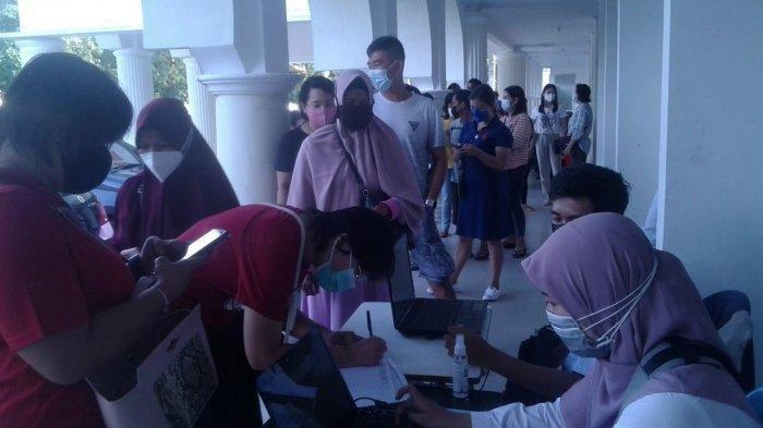 Dinas Kesehatan Kabupaten Bangka menggelar Vaksinasi Covid-19 Tahap II dengan sasaran bagi para lansia, pralansia, pekerja pelayanan publik dan para pedagang pasar di Gedung Sepintu Sedulang.