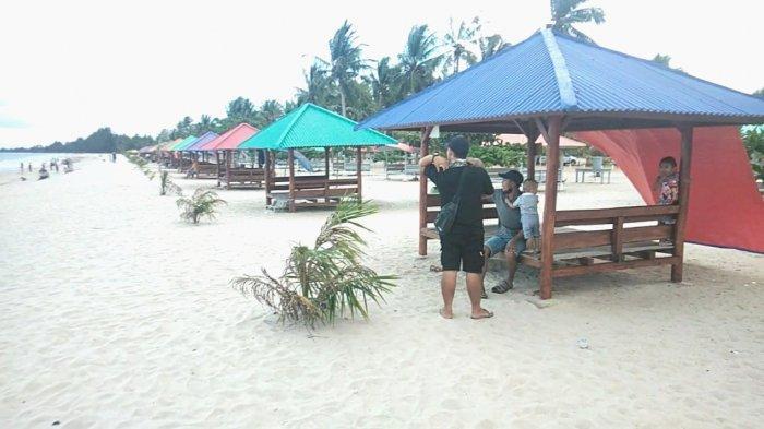 Gazebio untuk bersantai di Pantai Tuing Indah, Desa Mapur, Riau Silip, Kabupaten Bangka