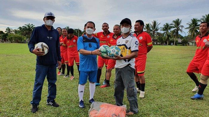 Bupati Bangka Mulkan bersama Tim Sepakbola Pemkab Bangka menggelar laga persahabatan di Desa Pemali Minggu (11/7/1021).
