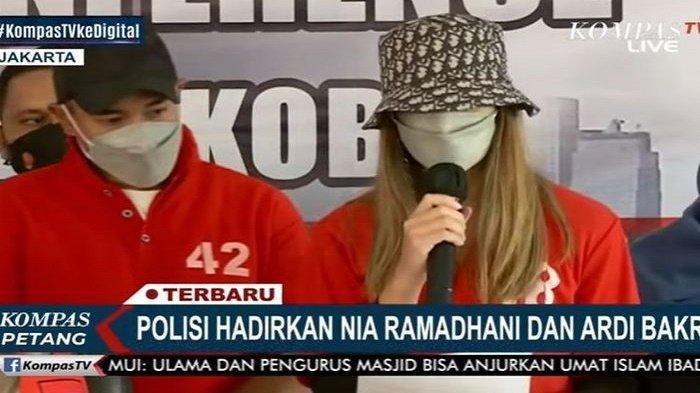 Nia Ramadhani didampingi suami, Ardei Bakrie ketika memberikan keterangan pers, Menangis meminta maaf kepada semua pihak termasuk kepada ketiga anaknya