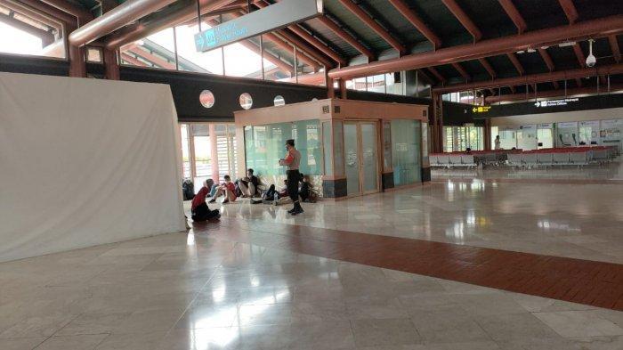 Terlihat 21 siswa SMK 2 Sungailiat yang  terkonfirmasi positif Covid-19 berada di Bandara Sokerno Hatta, sebelum akhirnya dimasuk ke Wisma Karantina Atlet Jakarta, pada Minggu (11/7/2021) sore tadi.