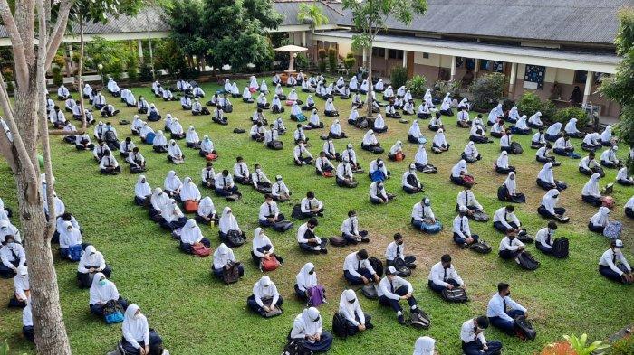 Siswa SMPN 2 Sungailiat saat diberikan arahan sebelum masuk ke kelas saat tatap muka, Sabtu (12/7/2021)