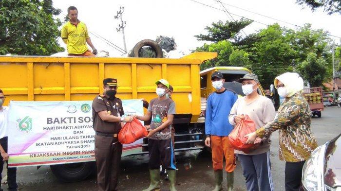 Kejari Pangkalpinang Bagikan 186 Paket Sembako untuk Warga Tersampak Covid-19