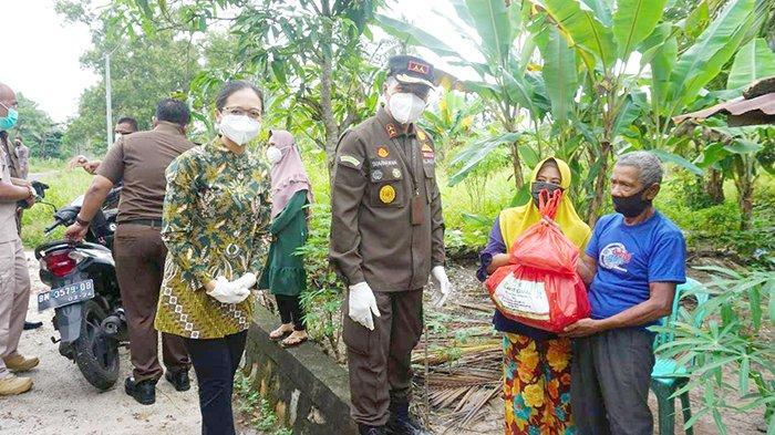 Kejati Bangka Belitung Peduli, Bantu 160 Paket Sembako di Tiga Wilayah Pangkalpinang