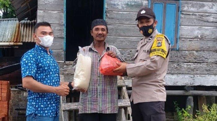 Bhabinkamtibmas Desa Kebintik bersama CV Gelombang Samudra Perkasa, berikan bansos kepada warga Desa Kebintik, Pangkalanbaru Bangka Tengah, Rabu (14/7/2021)