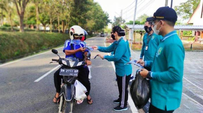 Kejari Bangka Barat Bagikan 1000 Masker ke Warga Muntok