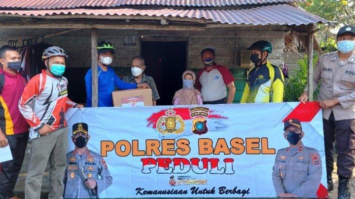 Gowes Bersama Jajaran dan Jurnalis, Kapolres Bangka Selatan Antar Paket Sembako ke Warga