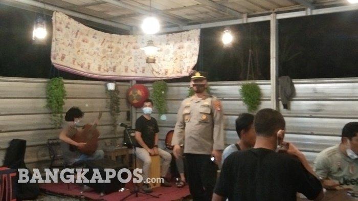 Tim gabungan saat melakukan razia jam malam di kafe di Pangkalpinang, Sabtu (17/7/2021) malam