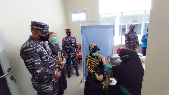 Vaksinasi oleh Tenaga Kesehatan dalam Kegiatan Serbuan Vaksinasi TNI AL (17/07).