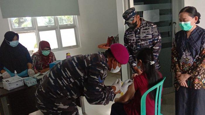 Kunjungan Danlanal Babel dalam Kegiatan Serbuan Vaksinasi TNI AL Serentak di 34 Provinsi (17/07).