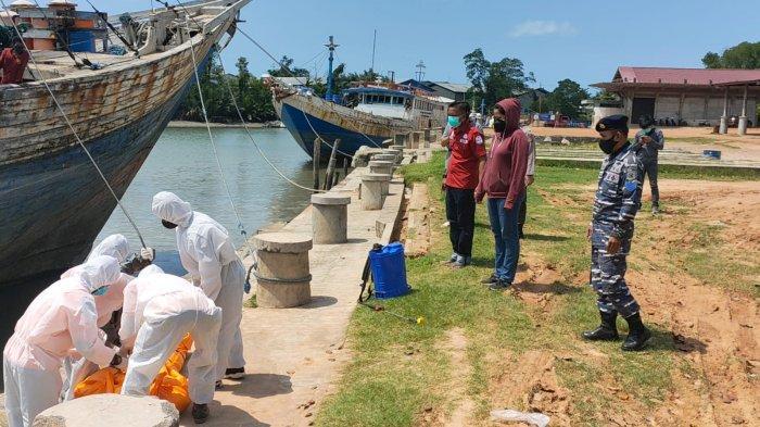 Proses Evakuasi ABK KM. Setia Rahmat yang meninggal dunia diatas kapal di dermaga umum Pangkalbalam kota Pangkalpinang (Sabtu, 17/07/21).