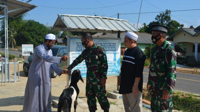 Anggota Korem 045/Gaya menyerahkan hewan kurban kepada beberapa pondok pesantren yang ada di wilayah Kabupaten Bengka Tengah, Bangka Selatan dan Kota Pangkalpinang.