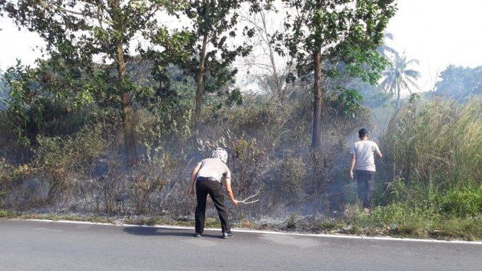 Kebakaran Lahan Kosong, Tim Anti Api Polsek Gerunggang Bantu Padamkan Api