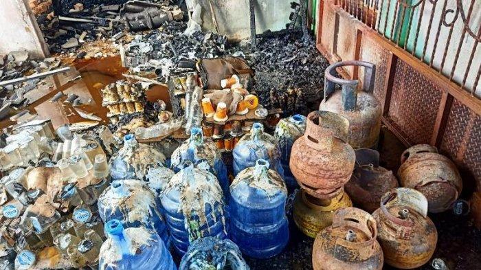Barang-barang milik Saripudin usai kebakaran di Desa Tukak pada Senin (19/7/2021).