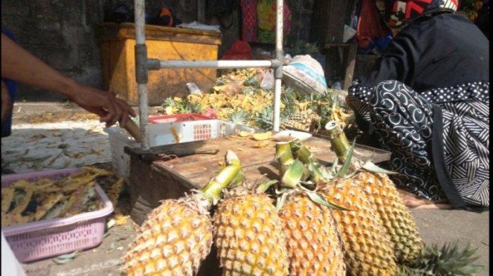 Pedagang Nanas di Pasar Kite Sungailiat Kebanjiran Pembeli, Jual 200 Butir Per Hari Jelang Idul Adha