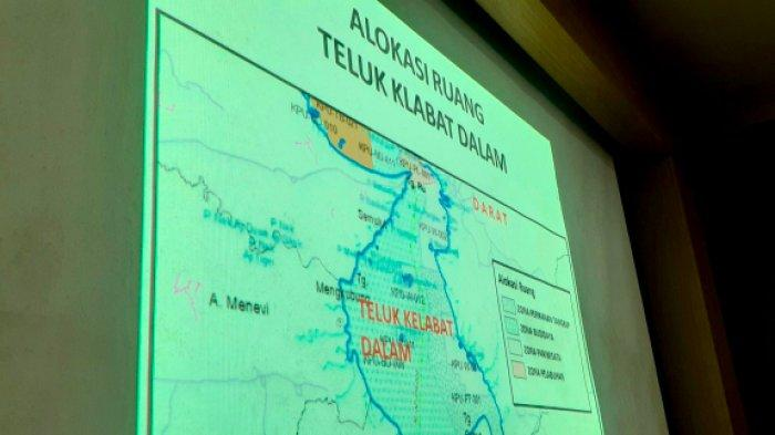 Sebuah peta Teluk Kelabat Dalam ditampilkan dalam rapat dengar pendapat (RDP) di Ruang Badan Musyawarah DPRD Babel, Senin (19/7/2021).