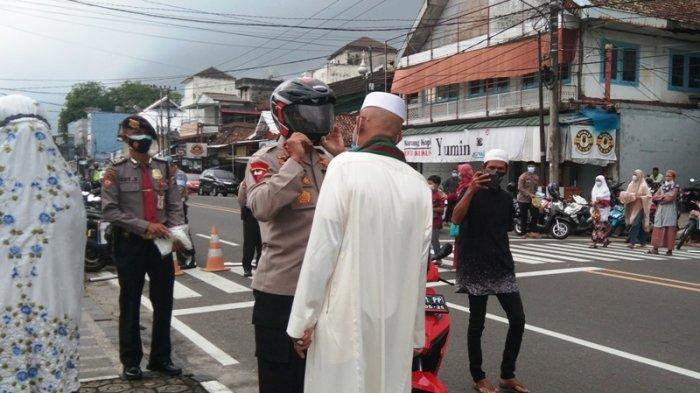 Kapolda Babel Irjen Pol Anang Syarif Hidayat datang ke Masjid Jamik Pangkalpinang menggunakan sepeda motor, Selasa (20/7/2021).