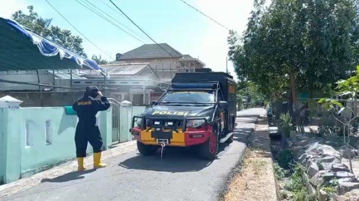 Bhabinkamtibmas Kelurahan Tamberan dan Brimob Polda Babel Semprot Cairan Disinfektan