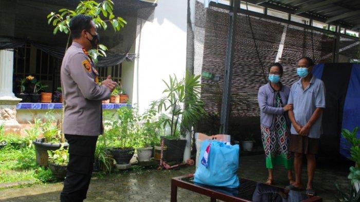 Kapolres Bangka Tengah (Bateng), AKBP Slamet Ady Purnomo bersama jajaran kunjungi rumah pasien isoman covid-19 di wilayah Kecamatan Koba, Bangka Tengah, Sabtu (24/7/2021).