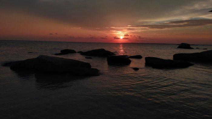 Hanya 10 Menit dari Pusat Kota Toboali, Nikmati Cantiknya Sunset di Pantai Batu Kapur