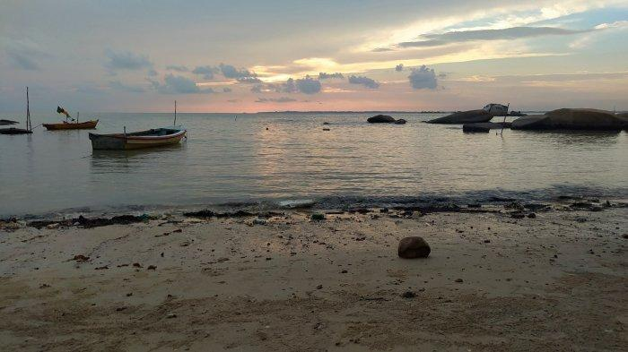 Suasana di tepi Pantai Batu Kapur, Toboali, Kabupaten Bangka Selatan.