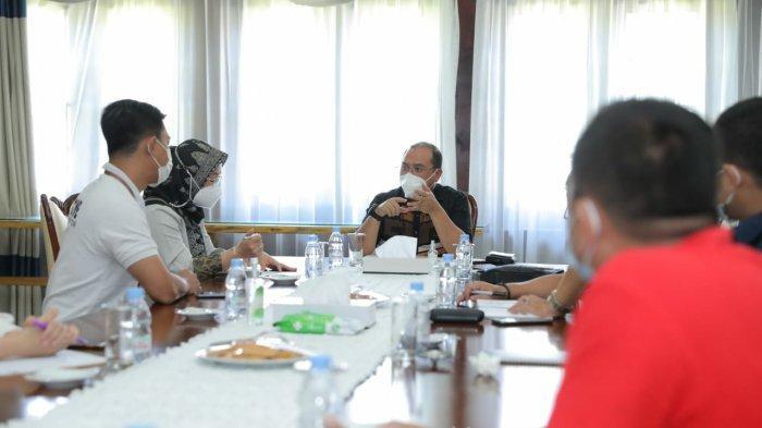 Rapat koordinasi Gubernur Babel, Erzaldi Rosman bersama Kepala Dinas Sosial dan PMD Babel, Kepala PT Pos Indonesia, Kepala Perum Bulog Bangka, dan PT Dos Ni Roha (DNR) sebagai transporter, di Rumah Dinas Gubernur Babel, Sabtu (24/07).