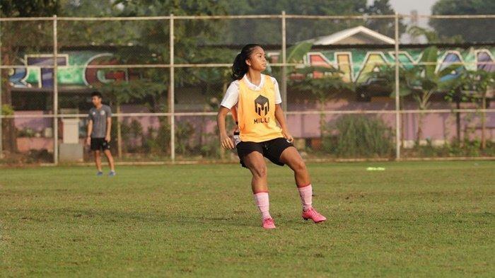 Ade Mustikiana Oktafiani atau Ade Mustika, pesepak bola wanita Indonesia dari Desa Cendil, Bangka Belitung yang diundang ikut uji coba oleh Bayern Munchen