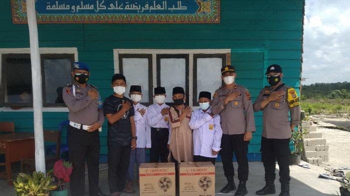 Polsek Payung Salurkan Empat Unit Kipas Angin ke Pondok Pesantren Khoirul Umah Desa Payung