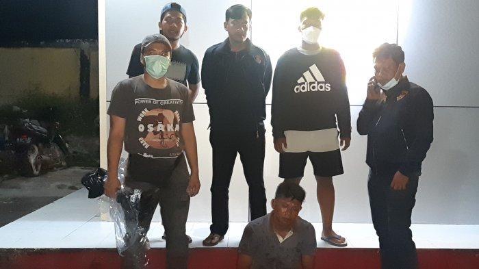 PEMBUNUHAN - Khaidir, pelaku pembunuhan di Tanjung Binga saat menyerahkan diri di Polres Belitung, Selasa (27/7/2021)