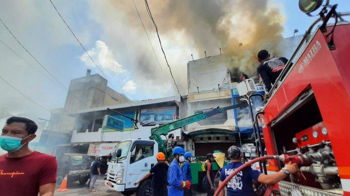 Personel Pemadam Kebakaran, sedang memadamkan api yang membakar Ruko Dunia Lampu, di Jalan Mayor Syafie Rahman, Kota Pangkalpinang, Selasa (27/7/2021)