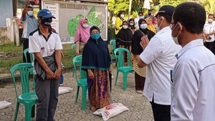 Janda Tiga Anak di Kampung Dul Terharu Terima Beras PPKM dari Gubernur Erzaldi