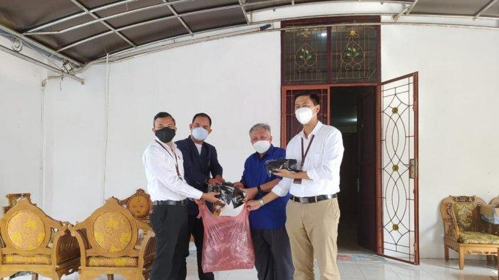 Program Jaksa Peduli, Kejari Bangka Barat Bagikan 200 Masker kepada Masyarakat