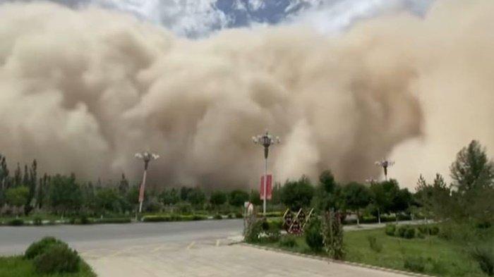Ngeri! Inilah Penampakan Badai Pasir yang Menerjang China, 400 Pesawat Batal Terbang